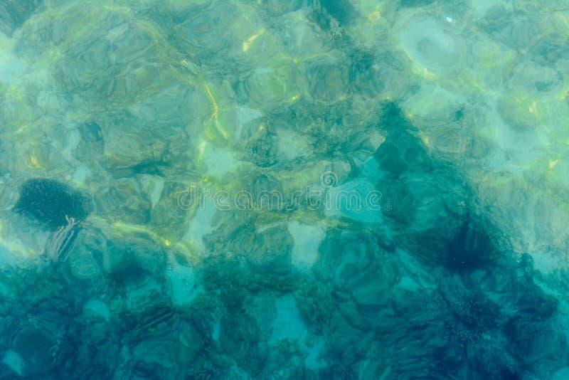 Hintergrund des kristallenen seichten Meerwassers des Türkisblaus lizenzfreies stockbild
