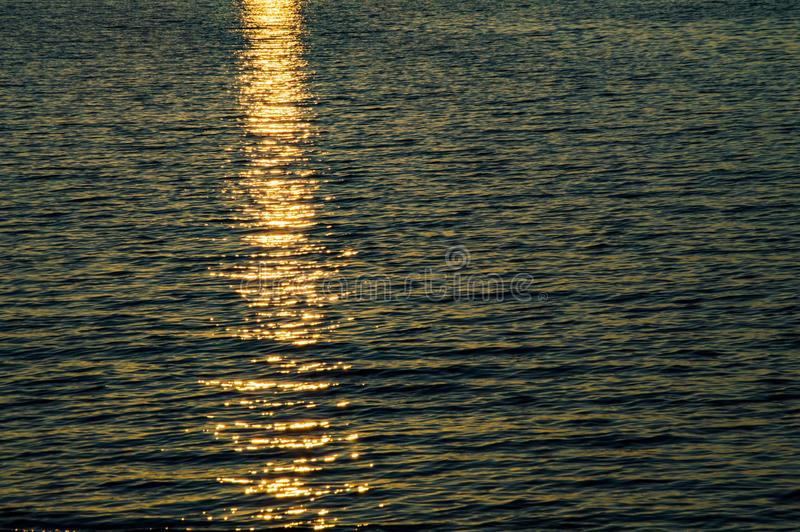 Hintergrund des Meereswassers mit Reflex eines Sonnenuntergangs lizenzfreie stockbilder