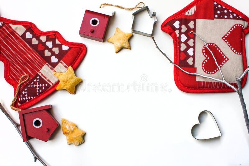 Hintergrund des neuen Jahres oder des Weihnachten mit Weihnachtsdekorationen und unterstützten Plätzchen auf weißem Hintergrund lizenzfreie stockbilder