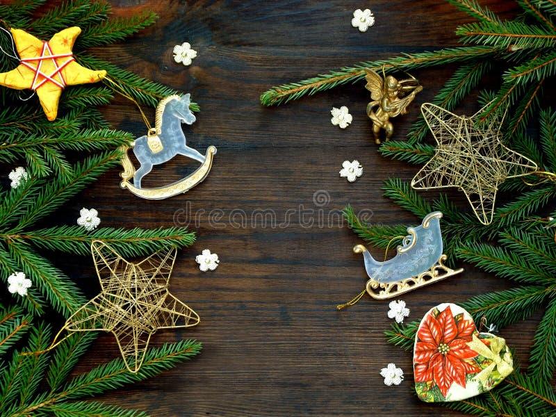 Hintergrund des neuen Jahres und des Weihnachten Grußkarte mit Weihnachtsverzierungen, Nadelbaum verzweigt sich Kopieren Sie Raum stockfotos