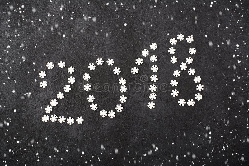 Hintergrund des neuen Jahres von Schneeflocken, Bonbons, Süßigkeiten, Zimt, Bälle nummerieren Jahr 2018 lizenzfreie stockfotografie