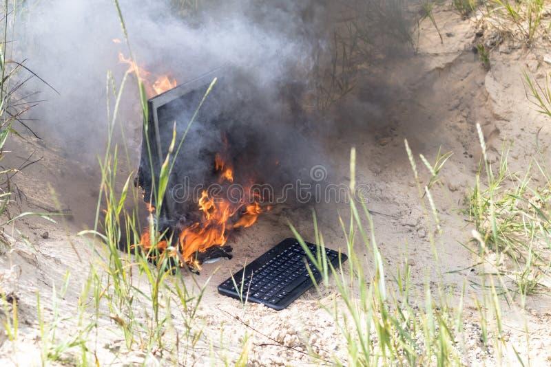 Hintergrund des Strandes sand Helle Sonne der Monitor brennt mit Rauche haben Sie eine Tastatur lizenzfreies stockbild