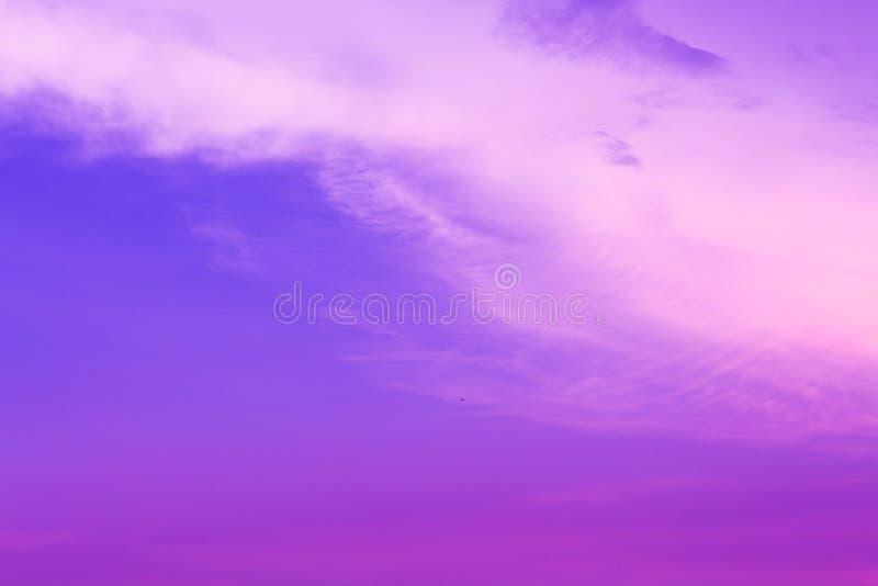 Hintergrund des violetten u. blauen Himmels stockfotos