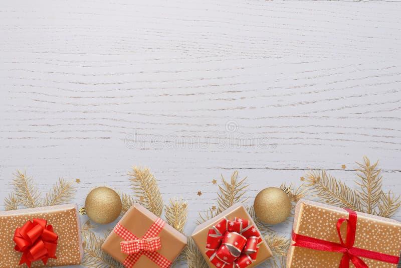 Hintergrund des Weihnachtsneuen Jahres von Weihnachtsdekorationen, Tannenzweige, Geschenke, Bälle und Leerstelle für einen Gruß s stockfotografie