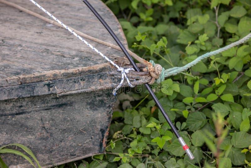 Hintergrund Detail des kleinen Bootes, Spitze gebunden mit Seil kleine Boote gewöhnlich benutzt in den Flüssen E stockfoto