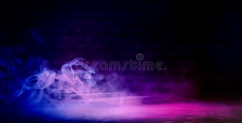 Hintergrund eines leeren dunkel-schwarzen Raumes Leere Backsteinmauern, Lichter, Rauch, Glühen, Strahlen lizenzfreies stockbild