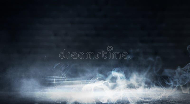 Hintergrund eines leeren dunkel-schwarzen Raumes Leere Backsteinmauern, Lichter, Rauch, Glühen, Strahlen lizenzfreies stockfoto