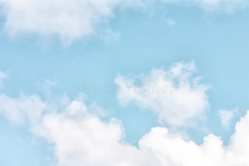 Hintergrund für Websites und Layouts Blauer Himmel mit kleinen weißen Wolken lizenzfreies stockfoto