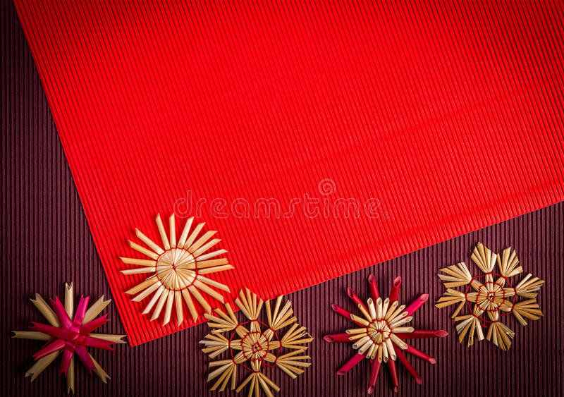 Hintergrund für Weihnachtsgrußkarten-Feiertagsstrohdekoration, -ROT und -rotwein maserte Papier lizenzfreie abbildung