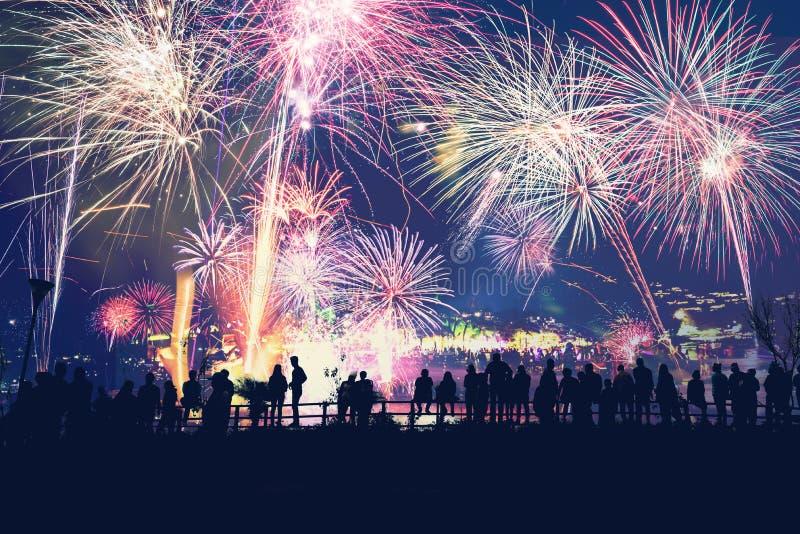 Hintergrund-festliches neues Jahr mit Feuerwerken Feuerwerke des neuen Jahres Leute feiern Neujahr stockbilder