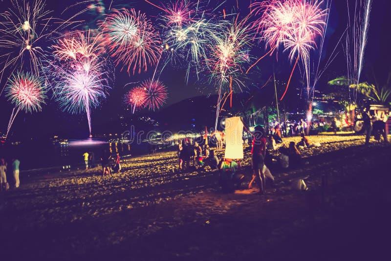 Hintergrund-festliches neues Jahr mit Feuerwerken und bokeh Feuerwerke des neuen Jahres auf dem Strand stockbild