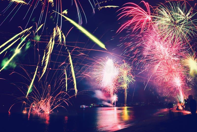 Hintergrund-festliches neues Jahr mit Feuerwerken und bokeh Feuerwerke des neuen Jahres auf dem Strand stockbilder