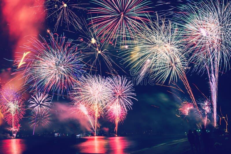 Hintergrund-festliches neues Jahr mit Feuerwerken und bokeh Feuerwerke des neuen Jahres auf dem Strand stockfoto