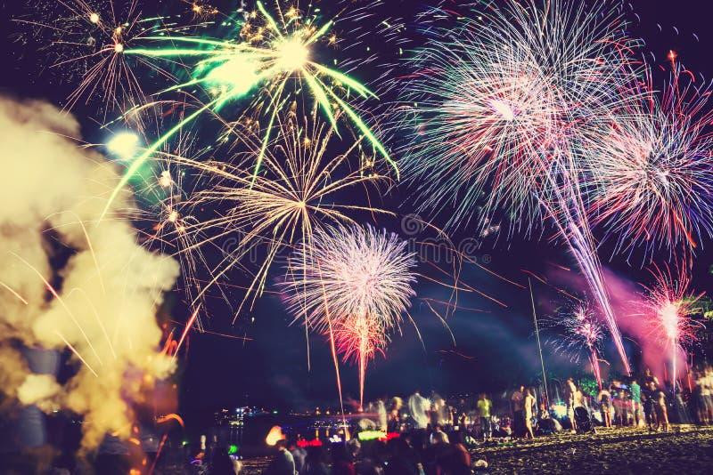 Hintergrund-festliches neues Jahr mit Feuerwerken und bokeh Feuerwerke des neuen Jahres auf dem Strand stockfotografie