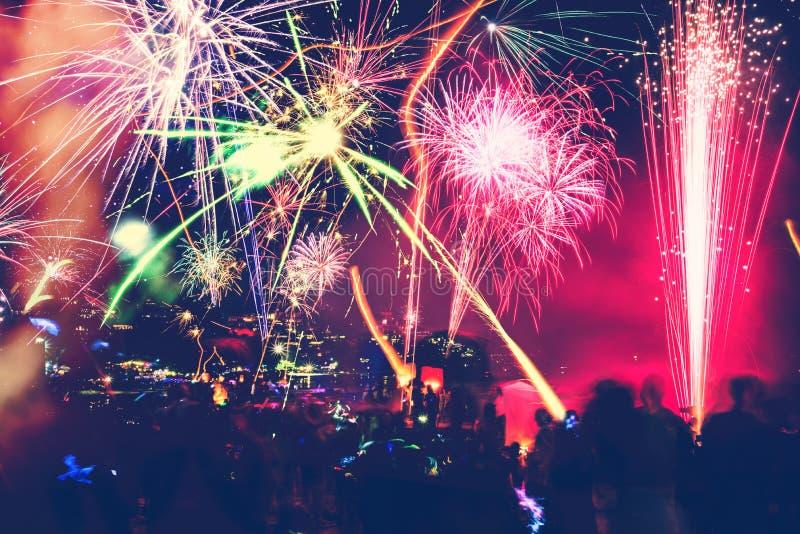 Hintergrund-festliches neues Jahr mit Feuerwerken und bokeh Feuerwerke des neuen Jahres auf dem Strand lizenzfreies stockbild