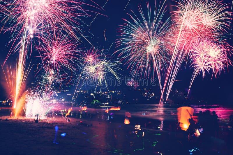Hintergrund-festliches neues Jahr mit Feuerwerken und bokeh Feuerwerke des neuen Jahres auf dem Strand stockfotos