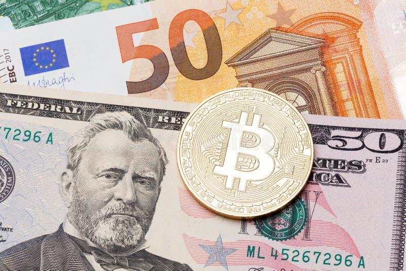 Hintergrund Fifry Dollar- und Eurofünfzig umfasst mit goldenem bitcoin lizenzfreies stockbild