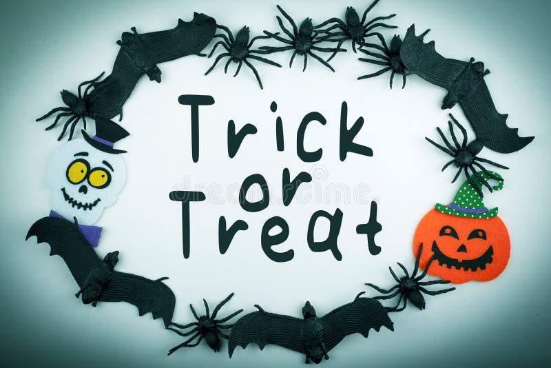 Hintergrund Halloweens Süßes sonst gibt's Saures mit Spinnen-Schlägern Kürbis und Geist lizenzfreie stockfotografie