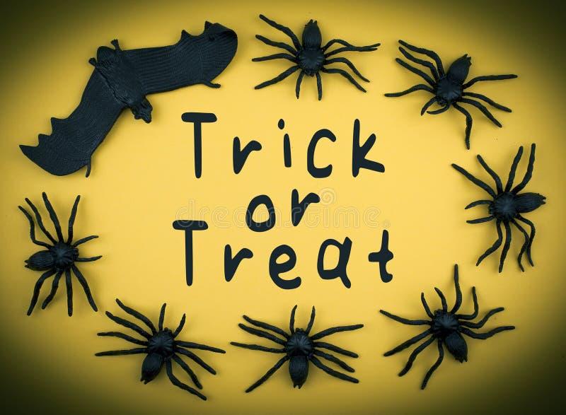 Hintergrund Halloweens Süßes sonst gibt's Saures mit Spinnen und Schläger lizenzfreie stockfotografie