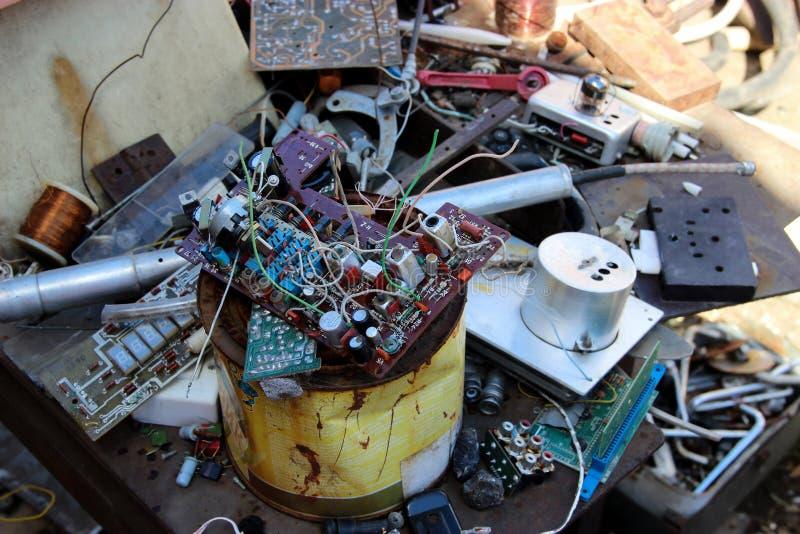 Hintergrund mit alten seltenen elektronische Bauelemente nach dem Zufall decompos lizenzfreie stockbilder