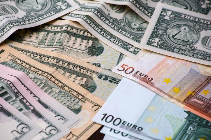 Hintergrund mit amerikanischen Dollarscheinen des Geldes und Eurobanknoten stockfotos