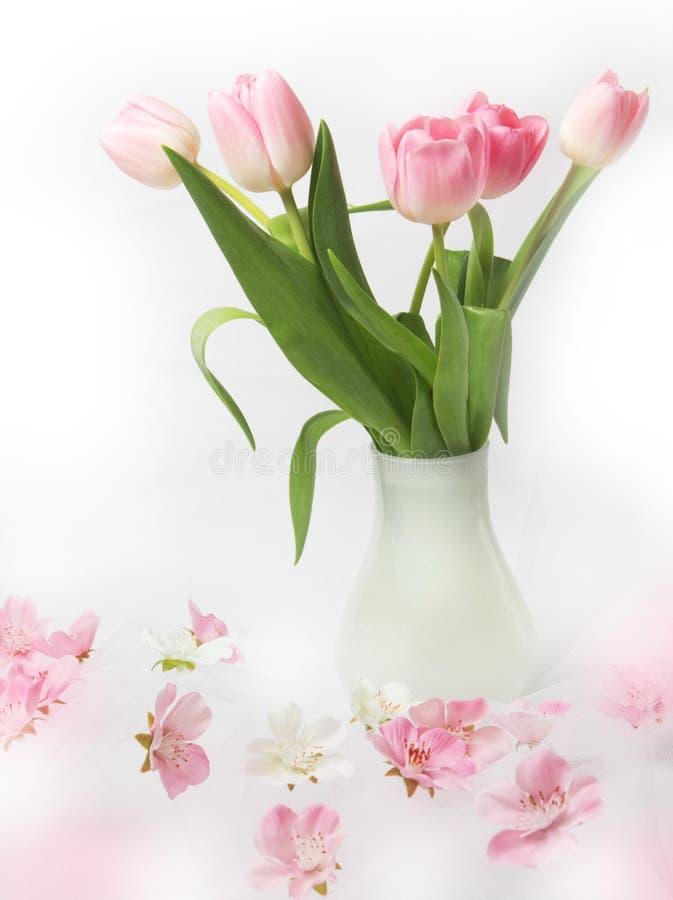 Hintergrund mit Blumenstrauß der Tulpen stockbild