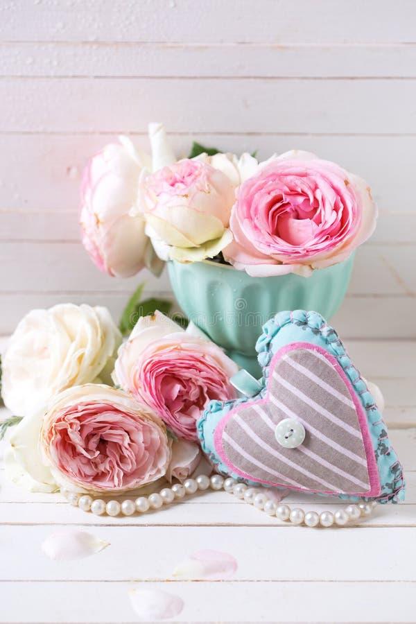 Hintergrund mit dekorativem Herzen und süßen rosa Rosen blüht lizenzfreies stockbild