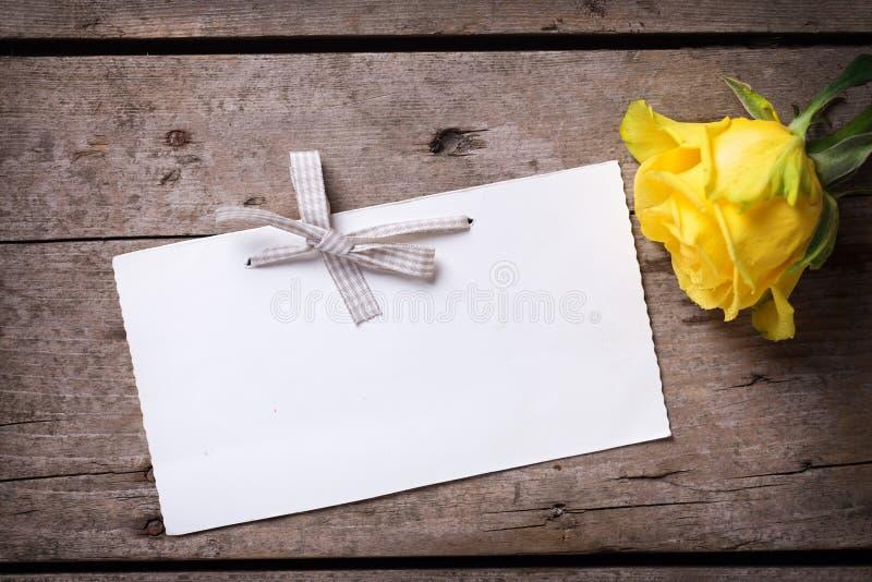 Hintergrund mit Gelbrose und -empty tag lizenzfreies stockbild