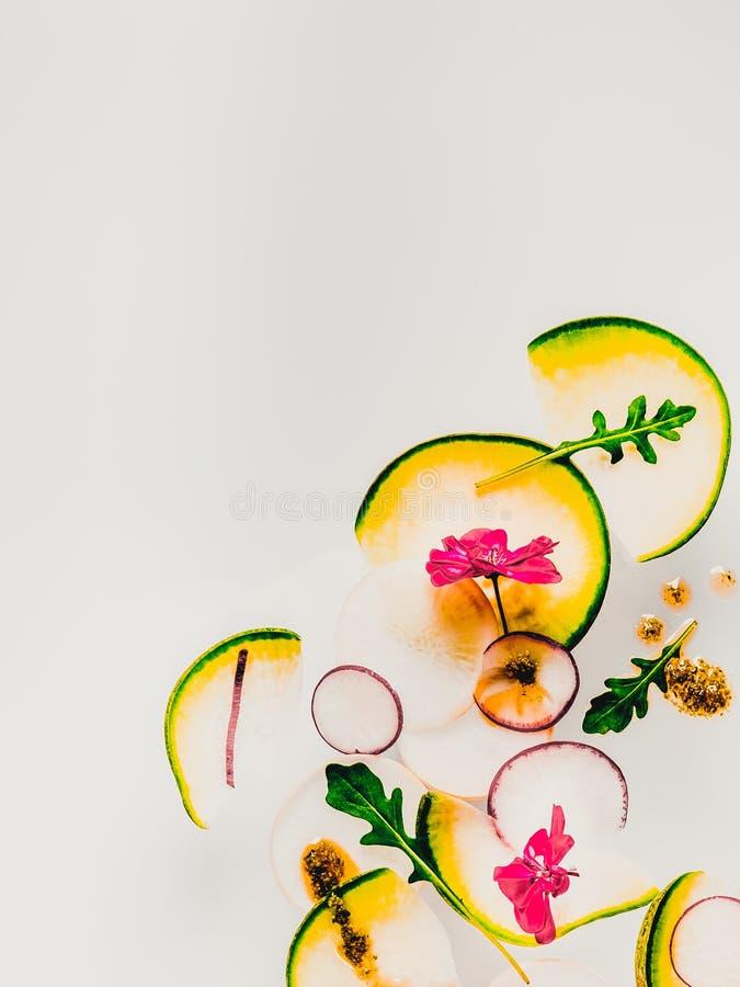 Hintergrund mit geschnittenem Gemüse auf heller Oberfläche lizenzfreies stockfoto