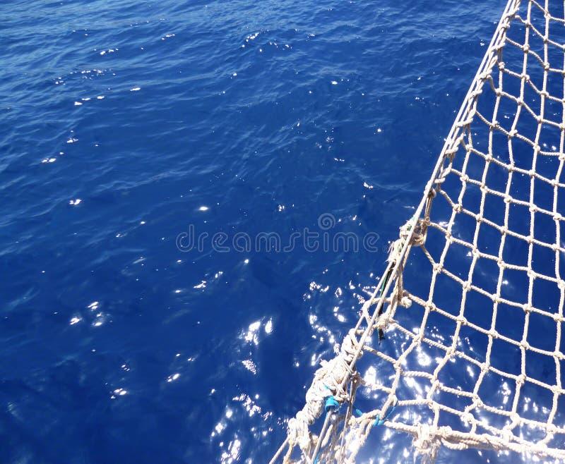 Hintergrund mit Netzen vom Yachtsegelboot im blauen Meer lizenzfreie stockfotos