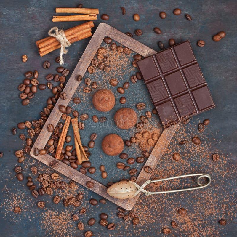 Hintergrund mit Schokolade, Kaffee und Trüffeln stockbild