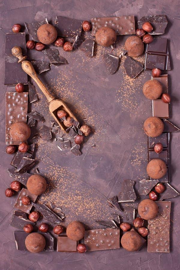 Hintergrund mit Schokolade, Nüssen und Trüffeln lizenzfreies stockfoto