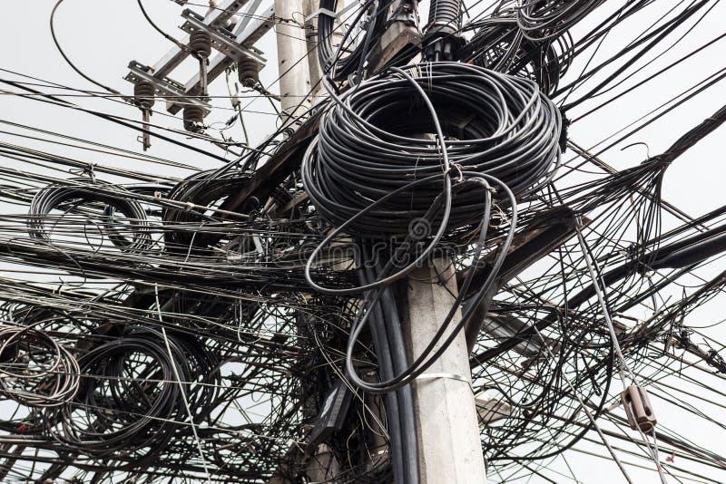 Hintergrund mit vielen elektrischen Drähten stockbilder