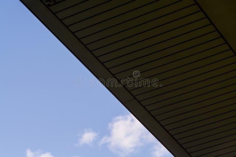 Hintergrund oder Beschaffenheit im blauen Himmel eines Querbalkens von den Gebäudegittern Ansicht von Balkonen von unterhalb Käfi lizenzfreie stockbilder