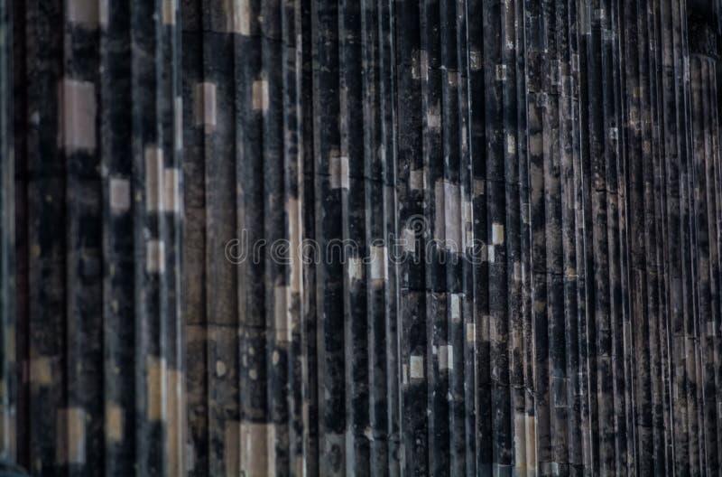 Hintergrund oder Beschaffenheit von einer konkreten dunklen Spalte mit Streifen und deepenings lizenzfreie stockfotos
