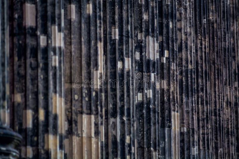Hintergrund oder Beschaffenheit von einer konkreten dunklen Spalte mit Streifen und deepenings lizenzfreie stockfotografie