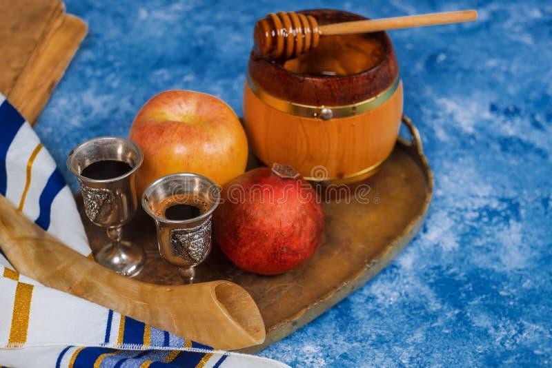 Hintergrund Rosh-hashanah j?disches neues Jahr Traditionelle Feiertagssymbole - Shofar, Honig und Apfel lizenzfreie stockfotos