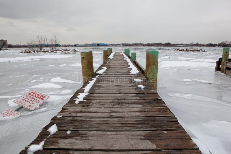 Hintergrund-szenisches Boots-Produkteinführungs-Dock-zusammenlaufendes Konvergenz-Liegeplatz-gefrorenes Fluss-Eis stockfoto