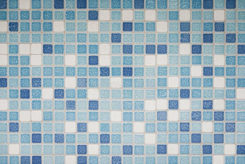 Hintergrund und Beschaffenheit von Mosaikfliesen in Blauem, in azurblauem und in weißem auf dekorativer Wand stockbilder