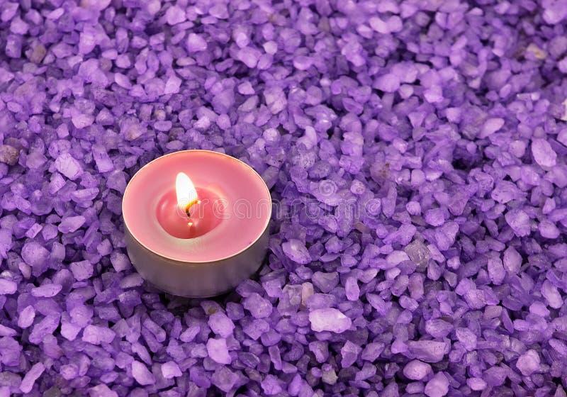 Hintergrund vom Badesalze mit Kerze stockfotografie