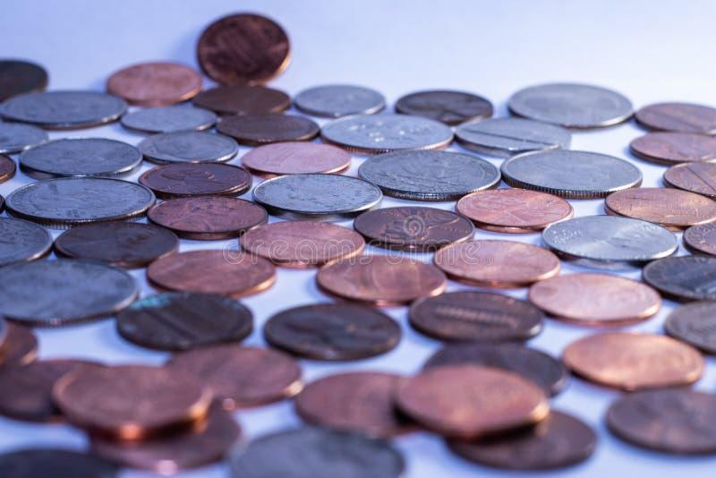 Hintergrund von amerikanischen Münzen zu den Wirtschaftszwecken lizenzfreie stockbilder