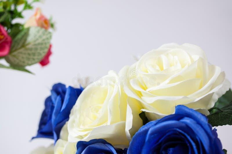 Hintergrund Von Blauen Und Weißen Frischen Rosafarbenen Blumen ...