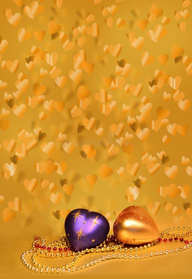 Hintergrund von den goldenen fliegenden Herzen, Collage. stockfotografie