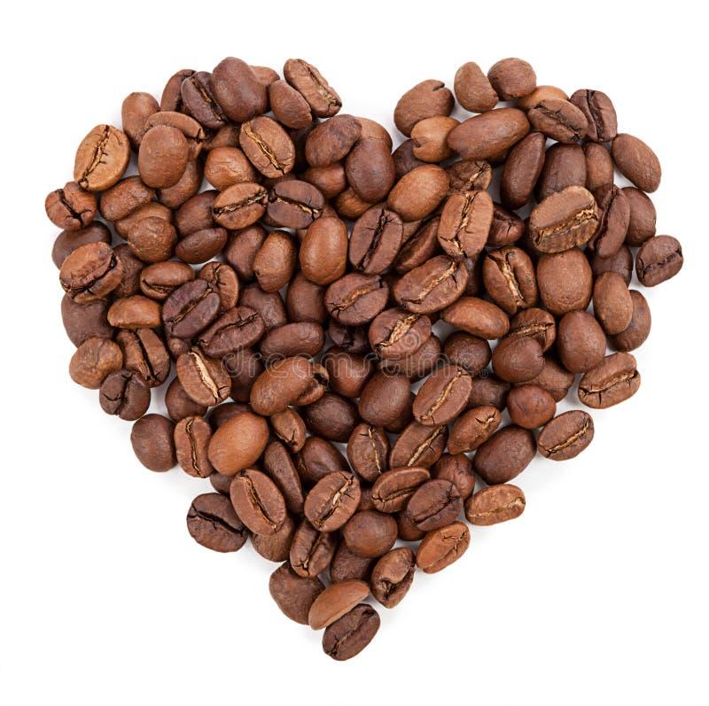 Hintergrund von den Kaffeebohnen ausgebreitet in Form von Herzen stockfotografie
