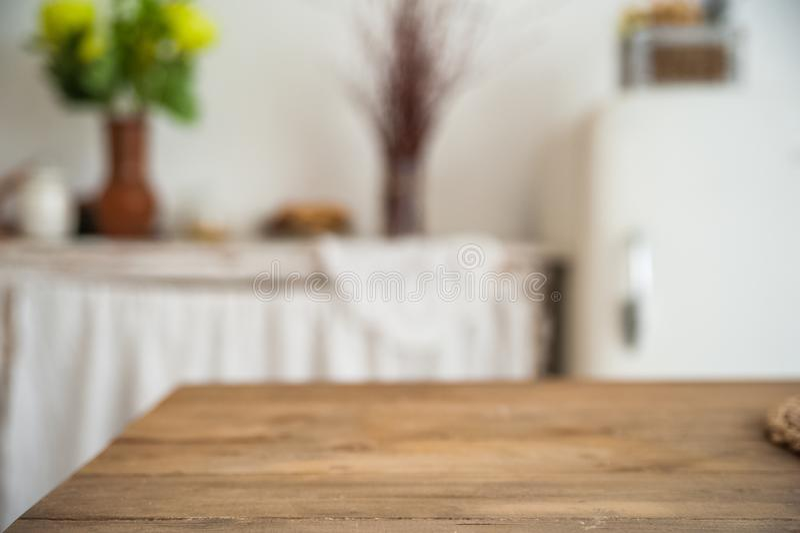 Hintergrund von einer hölzernen Beschaffenheitstabelle in der Küche in einer rustikalen Art Der Innenraum der hellen skandinavisc stockfotografie