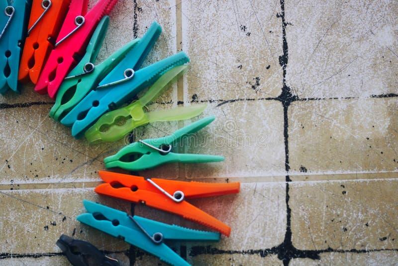 Hintergrund von farbigen Wäscheklammern stockbilder