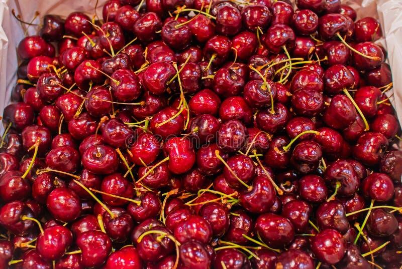 Hintergrund von frischen organischen roten Kirschen im Korb auf Supermarkt, gesundes Lebensmittelkonzept stockfotos