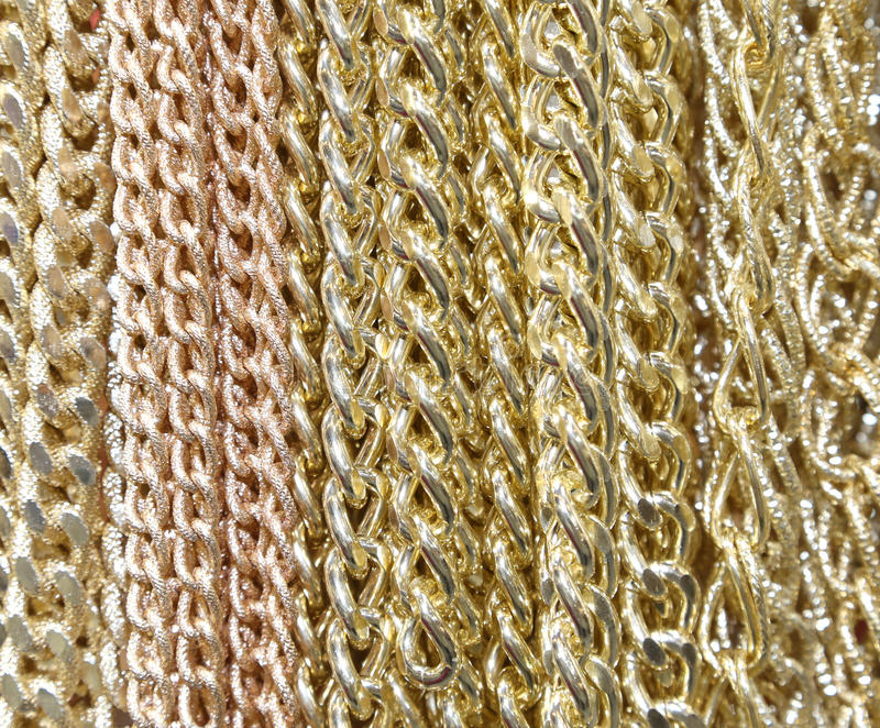 Hintergrund von goldenen Halsketten und von Ketten stockfoto