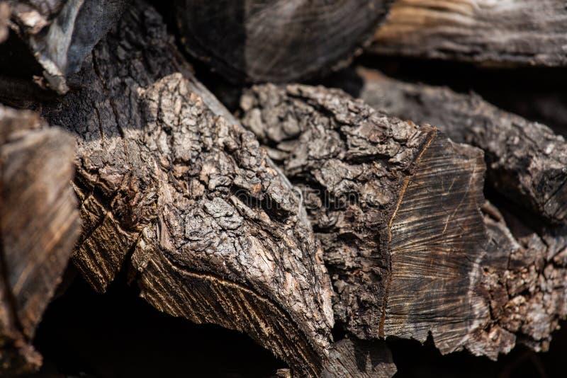 Hintergrund von hölzernen Staplungsklotz des alten braunen Stoßes stockfotos