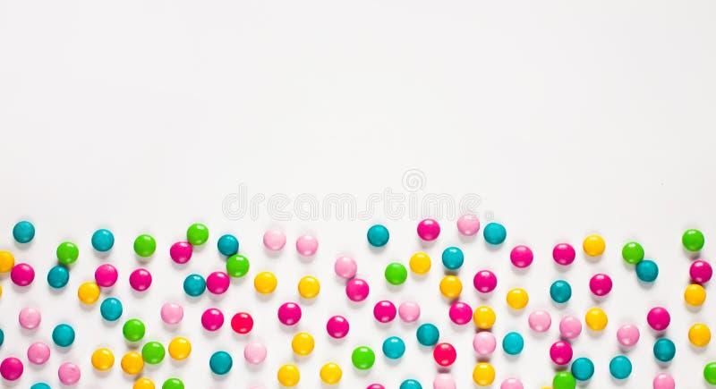 Hintergrund von mehrfarbigen süßen Süßigkeitsdragées stockfotografie
